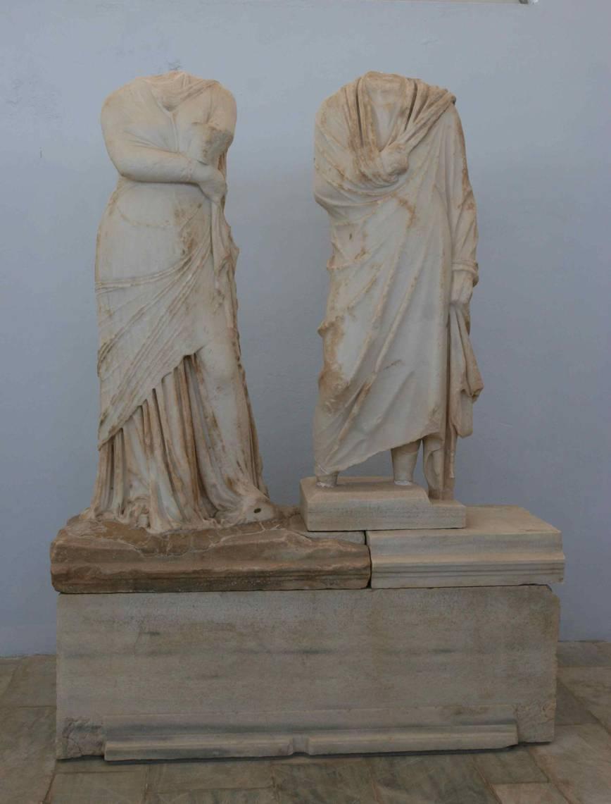Statues en marbre de Kléopatra et Dioskouridès, datées de 138/7, provenant du quartier du théâtre (musée de Délos, inv. no A.7763 et A.7799).